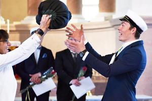 Anneli Gunnars ger här Joda Dolmans ett stipendium i form av ett tält. Detta då han med positiv inställning och stor nyfikenhet utvecklat sina färdigheter inom Äventyrsguideutbildningens olika områden.