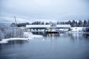 När betongen gjutits väger bron cirka 2 300 ton. Sedan tillkommer vikten av makadam och rälsen.