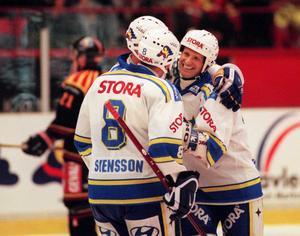 Tomas Jonsson jublar tillsammans med backkollegan Magnus