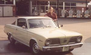En ung och stolt Per-Olof Westlund invid den Plymouth Barracuda som var hans första bil och som han ägde i nio år.