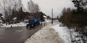 Olyckan i korsningen Skederidsvägen och Gamla Norrtäljevägen. Det uppges vara glashalt på platsen. Foto: Janne Simson