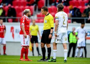 Det var en het match som utspelade sig på Guldfågeln Arena mellan Kalmar och ÖFK. Här syns Moestafa El Kabir i het konversation med domaren. Foto: Patric Söderström / TT.