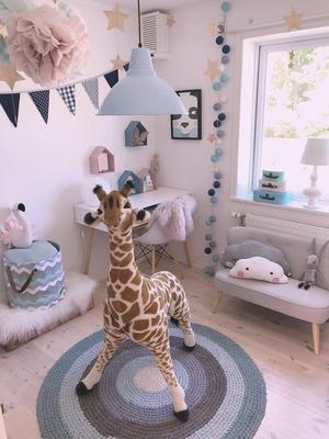 Småmöbler är också tacksamt att placera i barnen rum. Den lilla soffan, i Claudia Gullströms sons rum, kan fungera både som avlastningsyta och myshörna.Foto: Privat