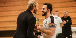 Lagkaptenen Amel Rastoder tar emot pokalen efter finalen i Örebro open futsal cup.