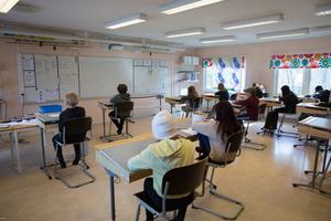 Många mår så dåligt av skolmiljön att de inte vill eller klarar att gå dit, menar insändarskribenterna.