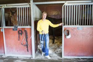 Markus Pihlström, här med en icke namngiven häst, väntar på besked om kuskens tillstånd.
