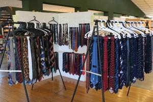 Många slipsar har det hunnit bli i Per-Åke Welanders samling. I våras såldes en del av dem till förmån för medicinsk forskning.