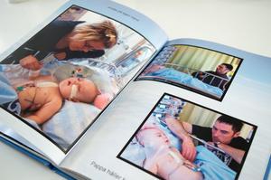 Familjen har gjort ett fotoalbum från hjärtoperation när Hjalmar var tre månader gammal.