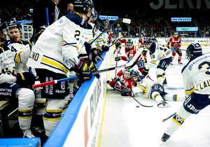 Frölundas Mats Rosseli Olsen och Hv:s Mattias Tedenby kämpar liggandes under lördagens ishockeymatch i SHL mellan Frölunda HC och HV71 i Scandinavium.