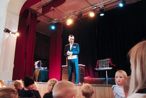 Trollkarlen John Martin underhöll från scenen med sin show.