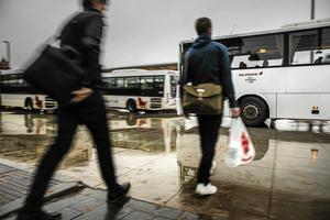 Region Dalarna betalar ett bidrag till bussbolag för att öka resandet. Men stödet visar sig nu vara motsägelsefullt.