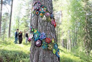 Många händer har virkat de här dekorativa blommorna.