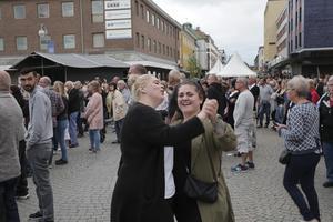 Dansbandet Lasse Stefanz drog storpublik den 26 juni och Sara Fredriksson Björk, Ludvika, och Wictoria Sjöberg, Kolsva, kunde inte hålla sig från en dans på Storgatan. De fem jubileumsdagarna med firandet av Ludvika 100 år blev en fullträff i de flesta avseenden.