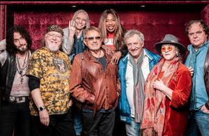 Ett namnkunnigt gäng artister turnerar med Woodstock 50 år som kommer till Örebro den 23 november. Pressbild: Mehdi Bagherzadeh