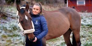 Wilma Lundgren tillsammans med en av de två hästar hon rider JSM på i veckan.