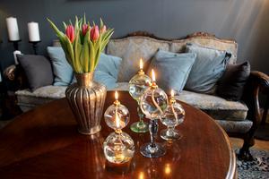 Oljelamporna från Visby glasblåseri är tillverkade av återvunnet glas och brinner länge.