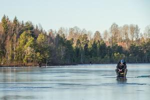 Trots det milda vädret ligger isen relativt tjock på Hedkärrasjön.