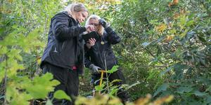 Ida Lexander och Laila Hölzl granskar de nytagna bilderna från en brunn. De är två av fem miljöinspektörer som jobbar med inspektioner i Nynäshamns kommun just nu.