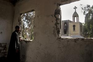 Hösten 2013. En egyptisk präst betraktar sin kyrka som blev plundrad av islamister.