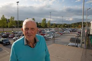 90-åriga Arne Norman från föreningen Gamla SSK:are är  med och ordnar bilbingo varje tisdag under sommaren – och vanlig bingo resterande tisdagar på året.