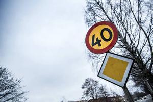 17 december ska Miljö- och samhällsnämnden ta ställning till ett förslag om nya hastighetsbegränsningar på flera av Östersunds och Frösöns vägar. Går förslaget igenom kan många av dagens 50-skyltar komma att bytas ut till 40-skyltar under nästa år. Fram till 14 december kan den som vill tycka till om den nya hastighetsplanen via kommunens hemsida.