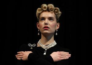 En modell iförd Marie Antoinettes juveler hos Sotheby's i  London. Juvelerna går under klubban i höst efter att ha visats upp vid en internationell turné. Bild: AP Photo/Frank Augstein