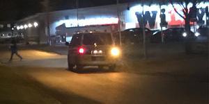 Polisen hade en patrull på plats vid Willys efter rånet. Mannen misstänks ha flytt från Skäpplandsgatan mot matbutiken.