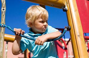 När besiktigades er bostadsrättsförenings lekplats senast? Enligt ett lagkrav måste den kontrolleras årligen.