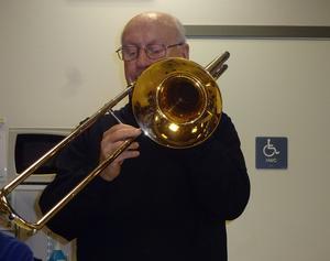 Åke Collin spelar trombon och sköter det mesta av mellansnacket. Foto: Kjell Larsson
