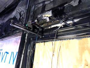 Just här startade branden. Någon slog sönder glaset högst uppe på en av dörrarna och kastade in något brännbart.