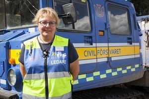 Eva-Lotta Lundin, ledare för FRG i Härjedalens kommun, framför en  specialbyggd bandvagn från Kungälv som använts ute i fält.