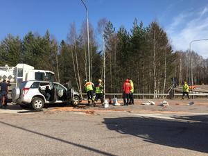 En frontalkrock mellan en lastbil och en personbil inträffade på riksväg 68 i Avesta på måndagseftermiddagen.