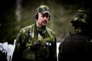 Löjtnant Jocke Sohlberg. Han tjänstgör som instruktör för granatkastarplutonen ett par gånger om året.