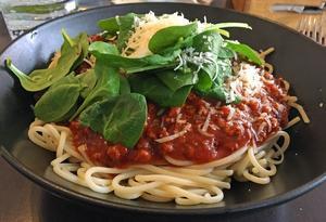 Massor av spaghetti bolognese med quorn i djup tallrik.Foto: Lunchkollen