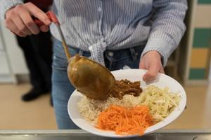 Forskning har under lång tid visat att maten och måltiderna i skolan spelar en minst lika viktig roll som allt runt omkring när det kommer till elevernas resultat, skriver P Månsson.