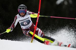 Frida Hansdotter är fyra i damernas slalom efter första åket.