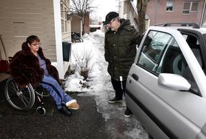 Åke Blom måste hjälpa sin rullstolsburna hustru Rose Blom när hon ska stiga ur bilen. Paret har i 20 år innehaft ett parkeringstillstånd för rörelsehindrade, men i slutet av förra året beslutade kommunen att det skulle dras in.