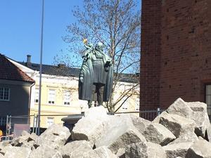 Var detta mannen som lät riva den mystiska byggnaden som hittades under Västra kyrkogatan? Johannes Rudbeckius står staty utanför kyrkan och var biskop vid den tid då byggnaden troligen revs. Byggnaden försvann utan att lämna synliga spår efter sig.