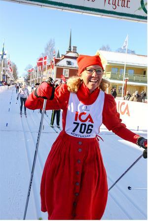 År 2012 åkte Marie Mian Vasaloppet i sin röda klänning. Bild: privat