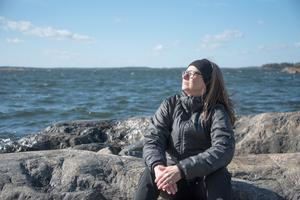 Lill-Marie Öhgren-Sundström passar på att lapa sol på klipporna.