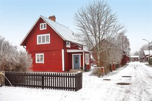 En pärla med stor potential i eftertraktade Kälarvet. Gård som är en av områdets äldsta fastigheter. Känsla av landet men nära stan. Foto: Fastighetsbyrån.