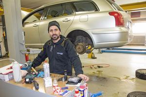 Massoud Zinaddin är glad över sin nyöppnade bilverkstad.