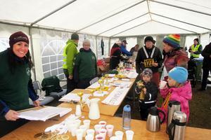 Maria Resebo från Sänna (till vänster) arrangerade Sågenloppet på söndagen. I ett tält vid brandstationen kunde man anmäla sig och fika.