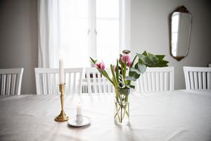 Tulpanerna och det låga ljuset genom fönstren ger riktig vårkänsla i matsalen.