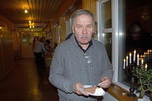 Allan Mattsson (KL) är inte den som ler inför kameran på beställning. Inte ens när han just fått igenom fyra motioner i kommunfullmäktige. Men han firar gärna med en bit tårta.
