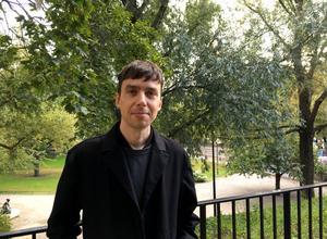Hannes Högberg frilansar som formgivare i Stockholm.