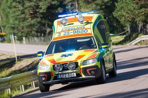 Mannen blev kraftigt försämrad och skjutsades in till sjukhus med ambulans.
