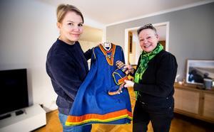 Josefin Söderberg överlämnar Agnes von Krusenstjernas samedräkt till Birgitta Ricklund från Orrestaare Saemien Sibrie, Örnsköldsviks sameförening.