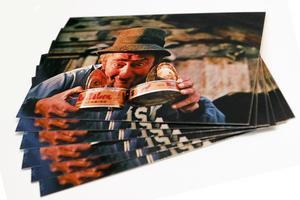 Motivet på ett av de mest populära vykorten är taget i flykten, på en surströmmingsskiva.