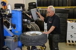 Kenth Larsson konstaterar att han haft ovanligt många kunder denna sommar som fått punktering efter att däcken på husvagnen blivit överhettade.